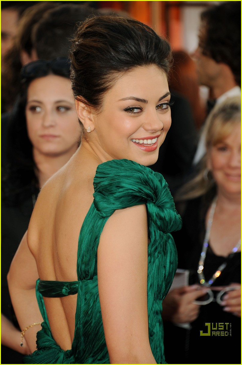 mila kunis golden globes red carpet 2011 02