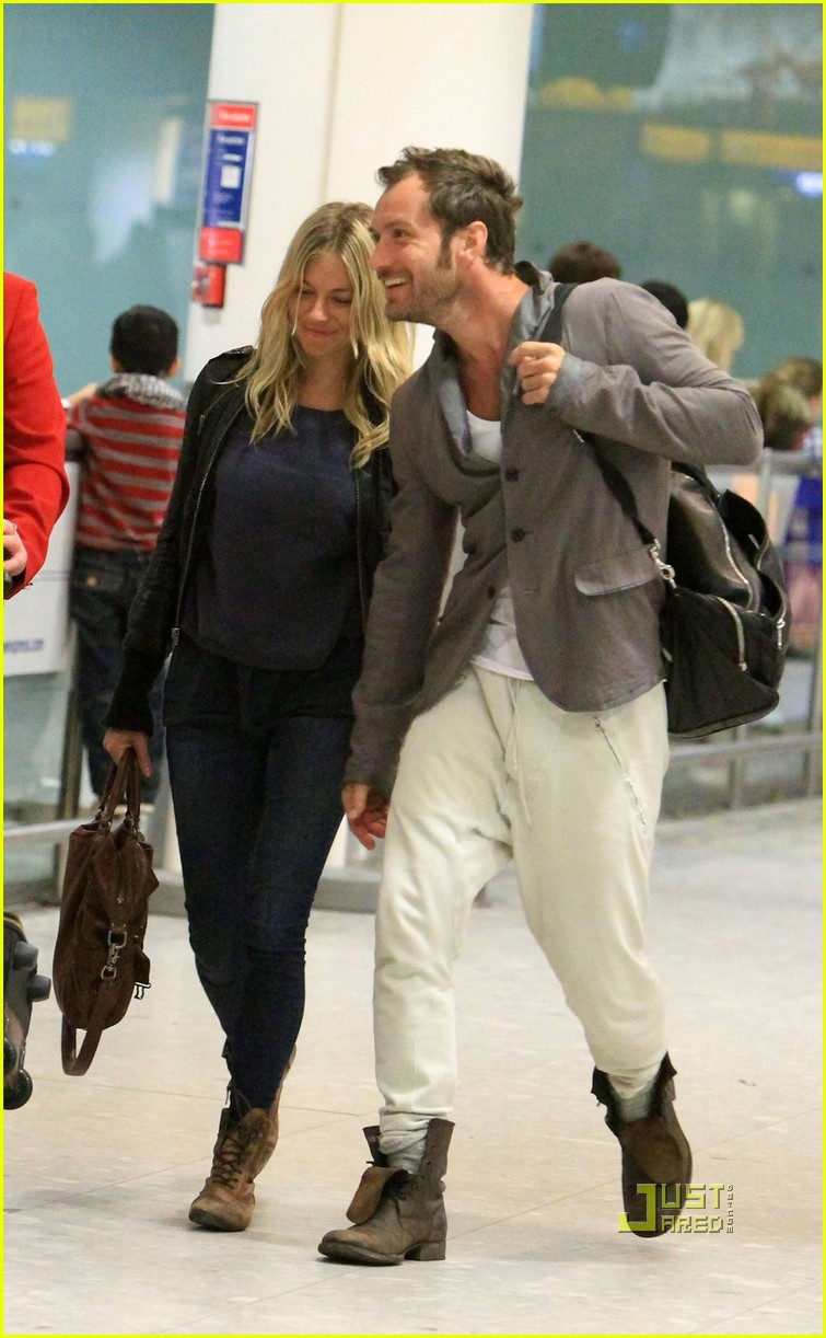 jude law sienna miller heathrow 03