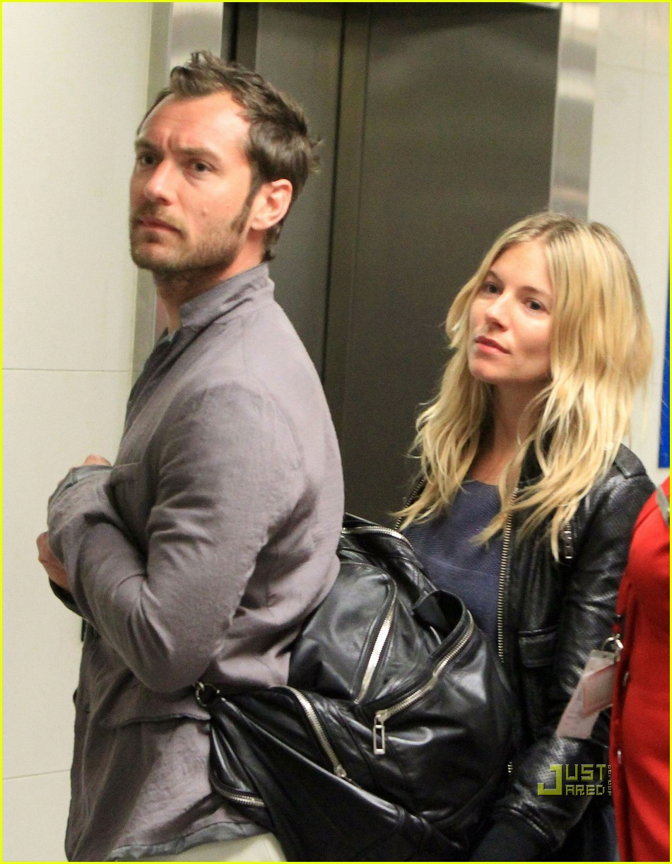 jude law sienna miller heathrow 10