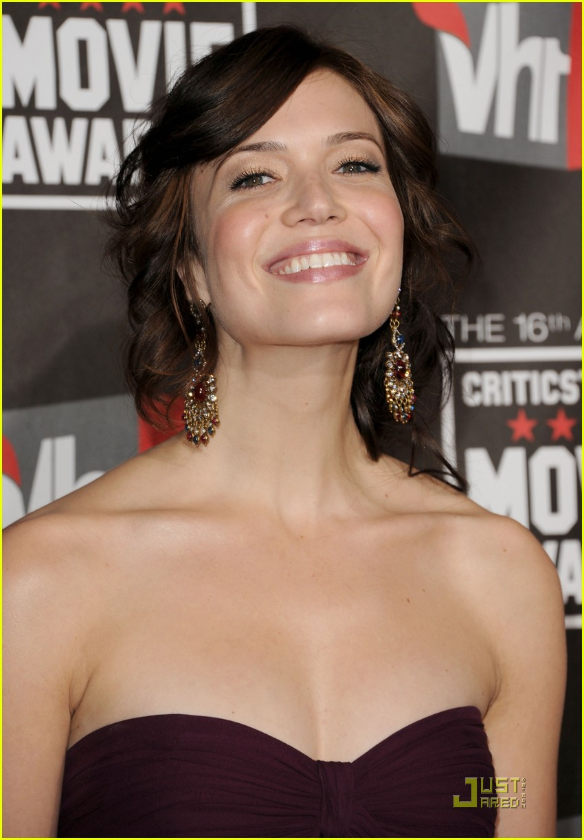 mandy moore zach levi critics choice 09