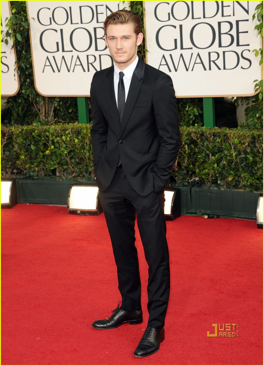 alex pettyfer chris hemsworth 2011 golden globes red carpet 01