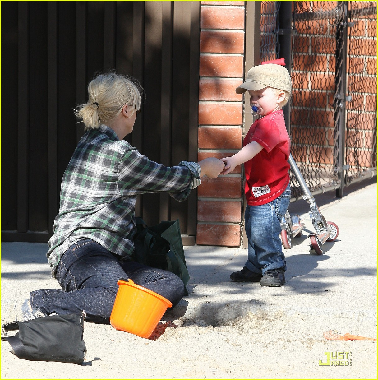 amy poehler playdate with archie 04