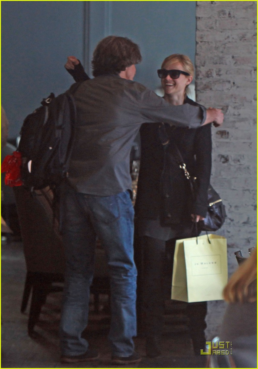 reese witherspoon hugs it out at tavern 01