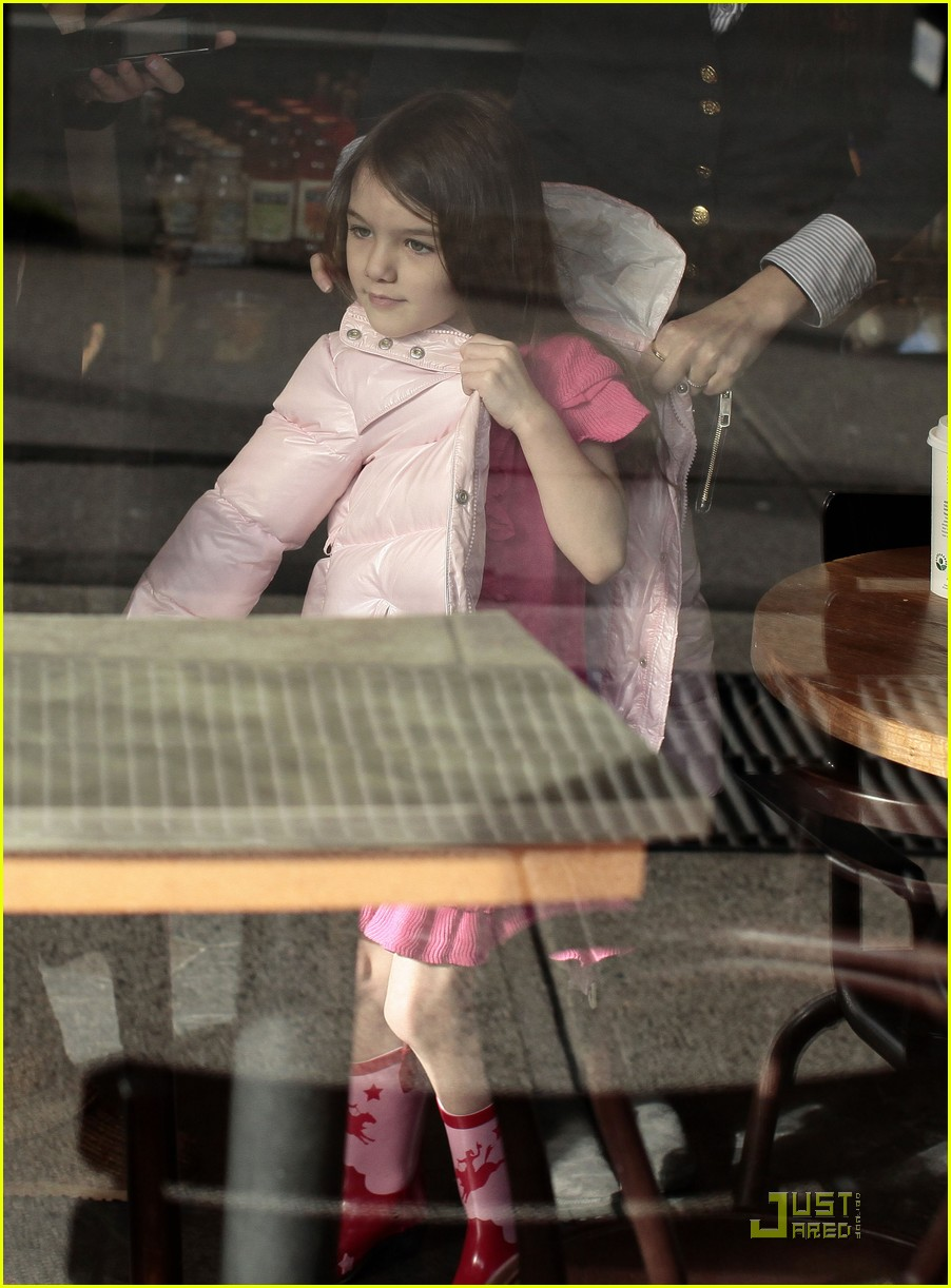 suri cruise pink lady at starbucks 03