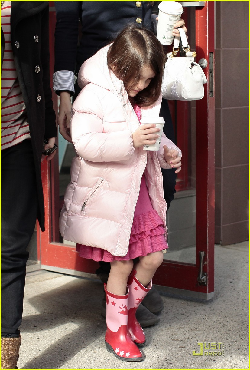 suri cruise pink lady at starbucks 08