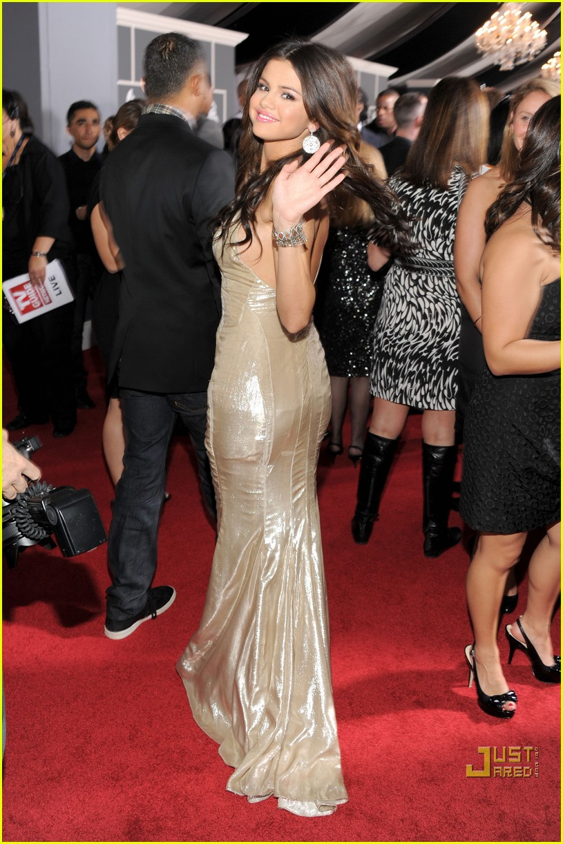 selena gomez   grammys 2011 red carpet photo 2519325 2011 grammy