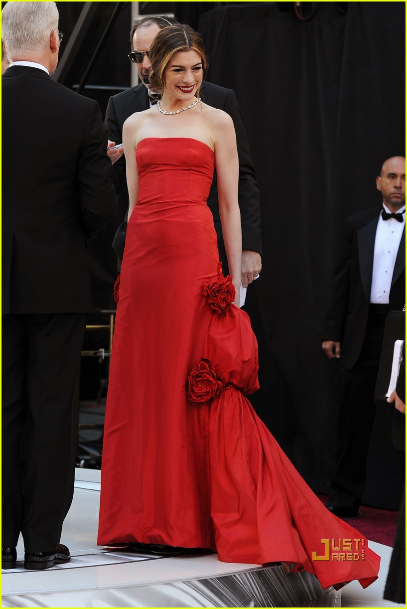 anne hathaway oscars red carpet 2011 06