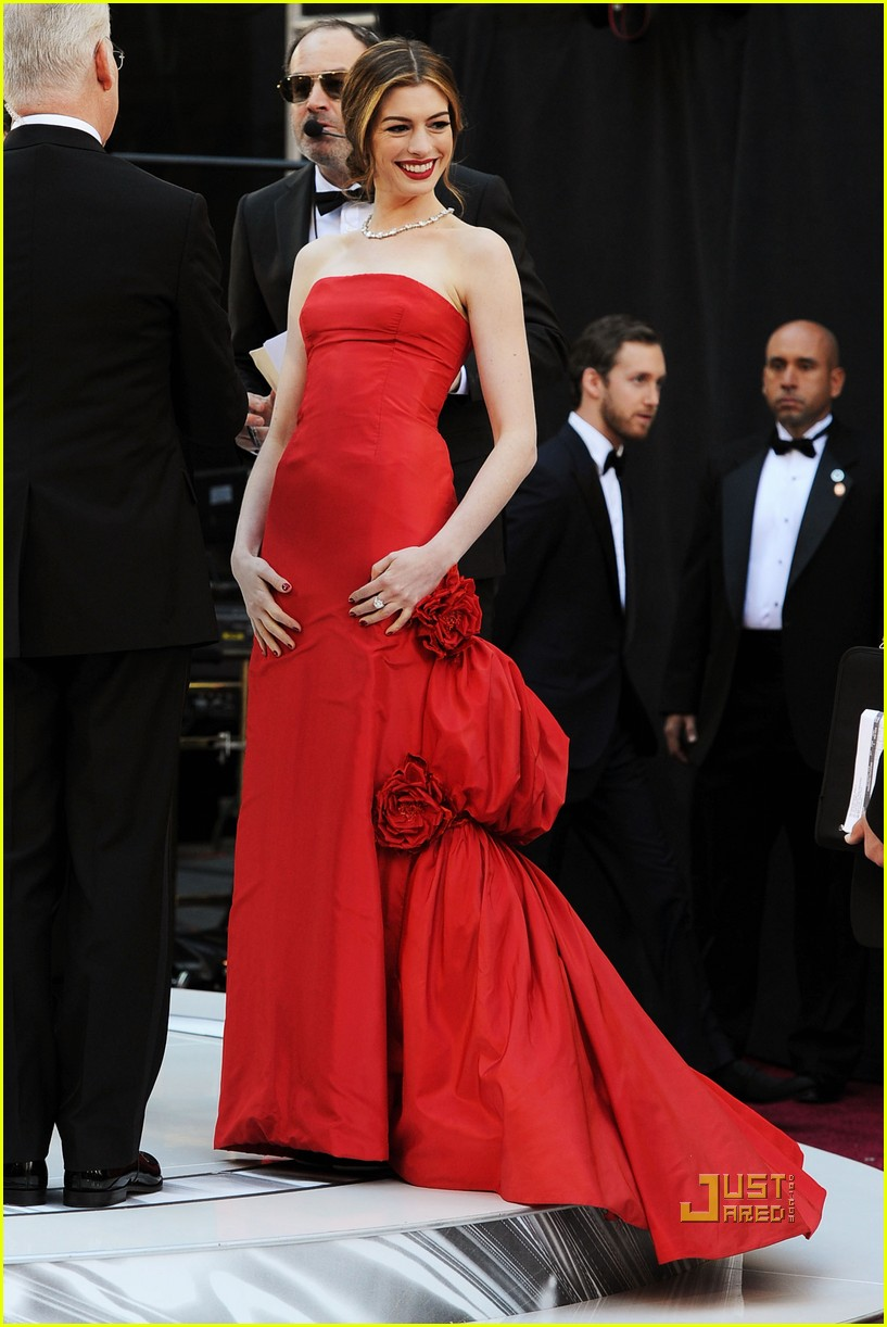 anne hathaway oscars red carpet 2011 09