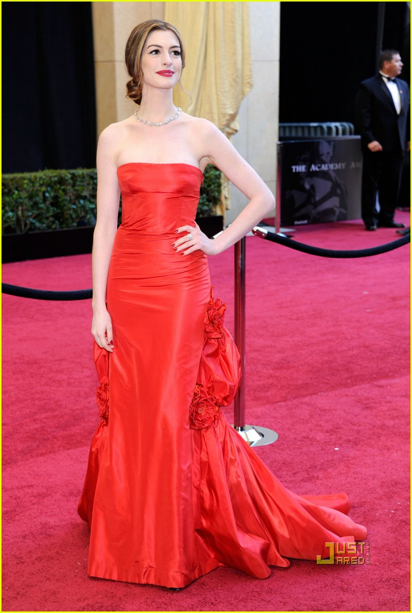 anne hathaway oscars red carpet 2011 13