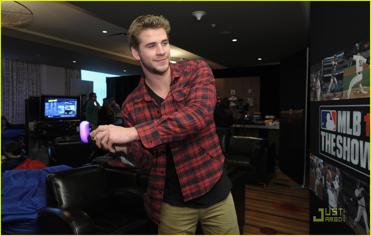 liam hemsworth playtstation 04