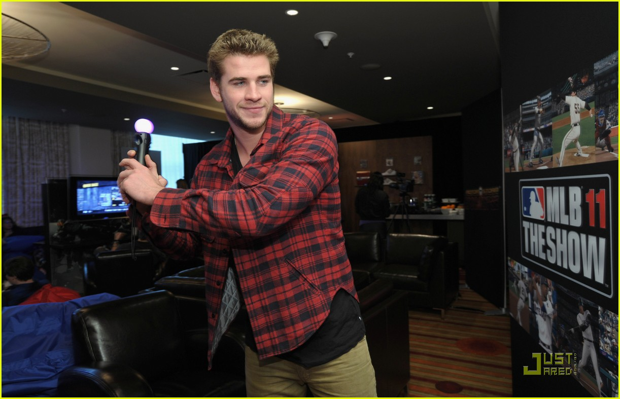 liam hemsworth playtstation 06