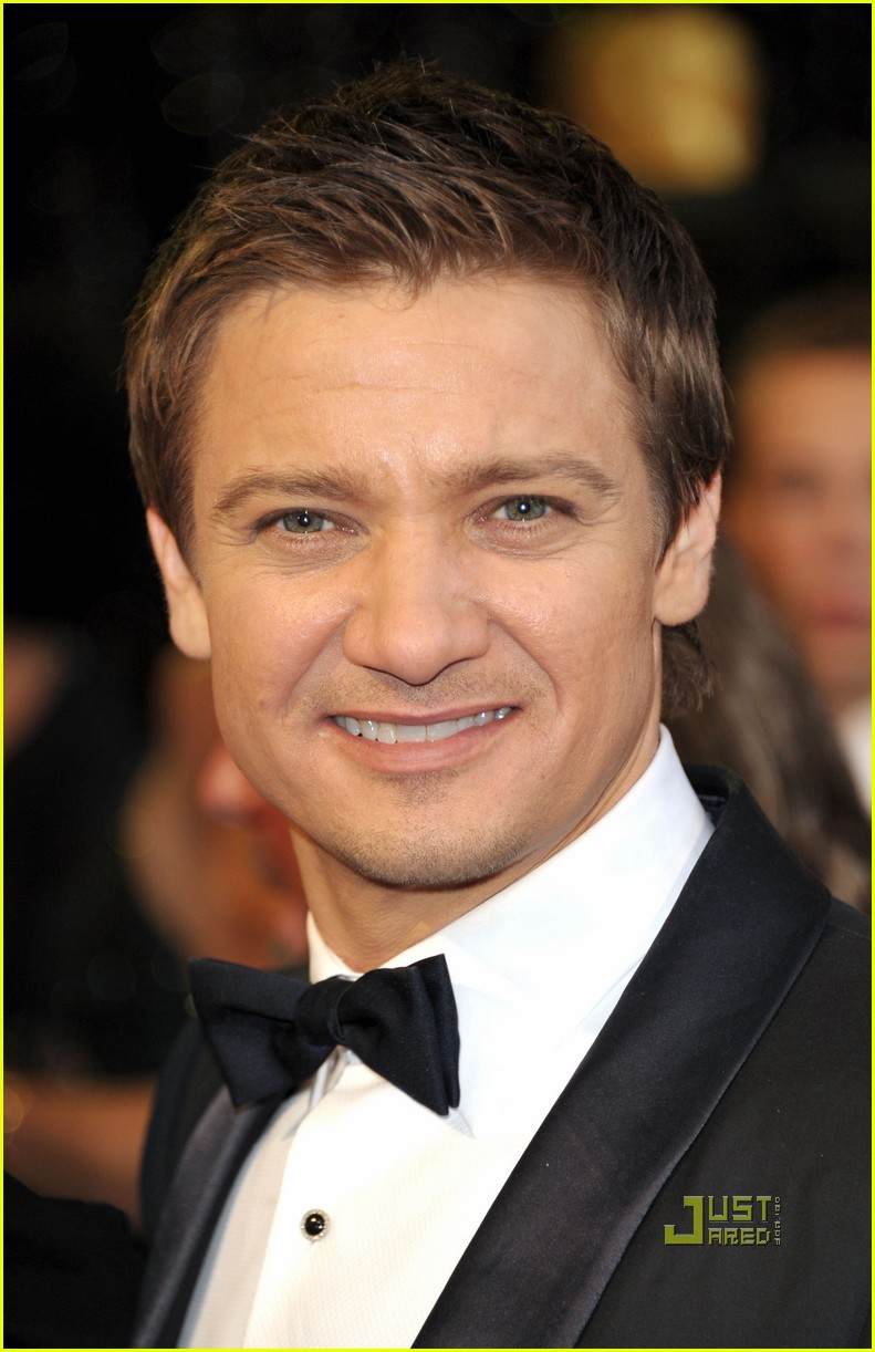 jeremy renner oscars 2011 red carpet 03