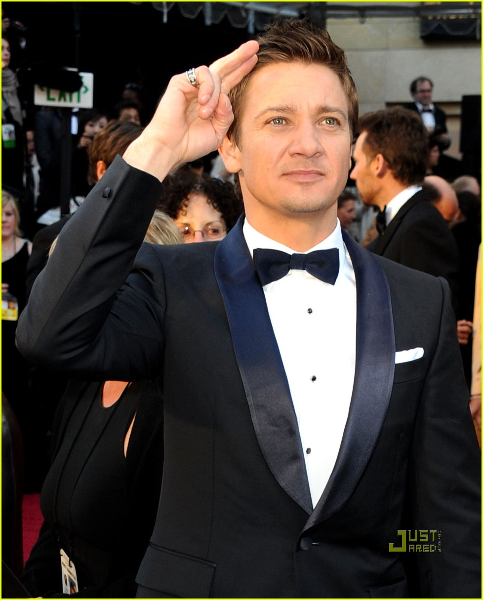 jeremy renner oscars 2011 red carpet 05