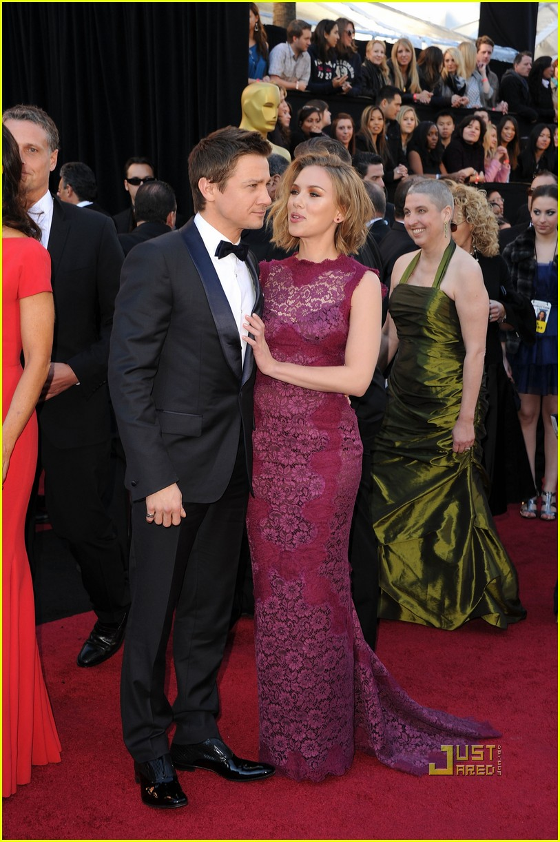 jeremy renner oscars 2011 red carpet 08