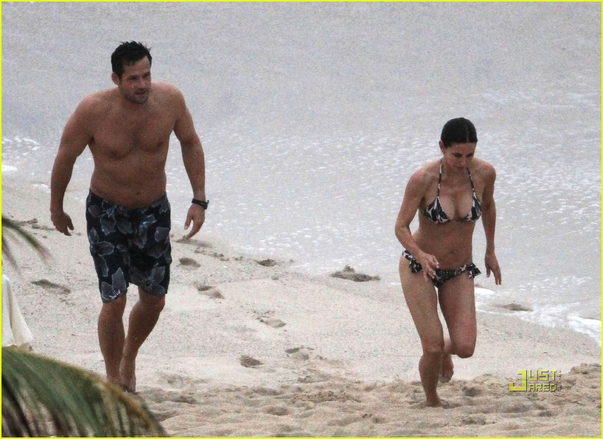 courteney cox josh hopkins beach couple 05