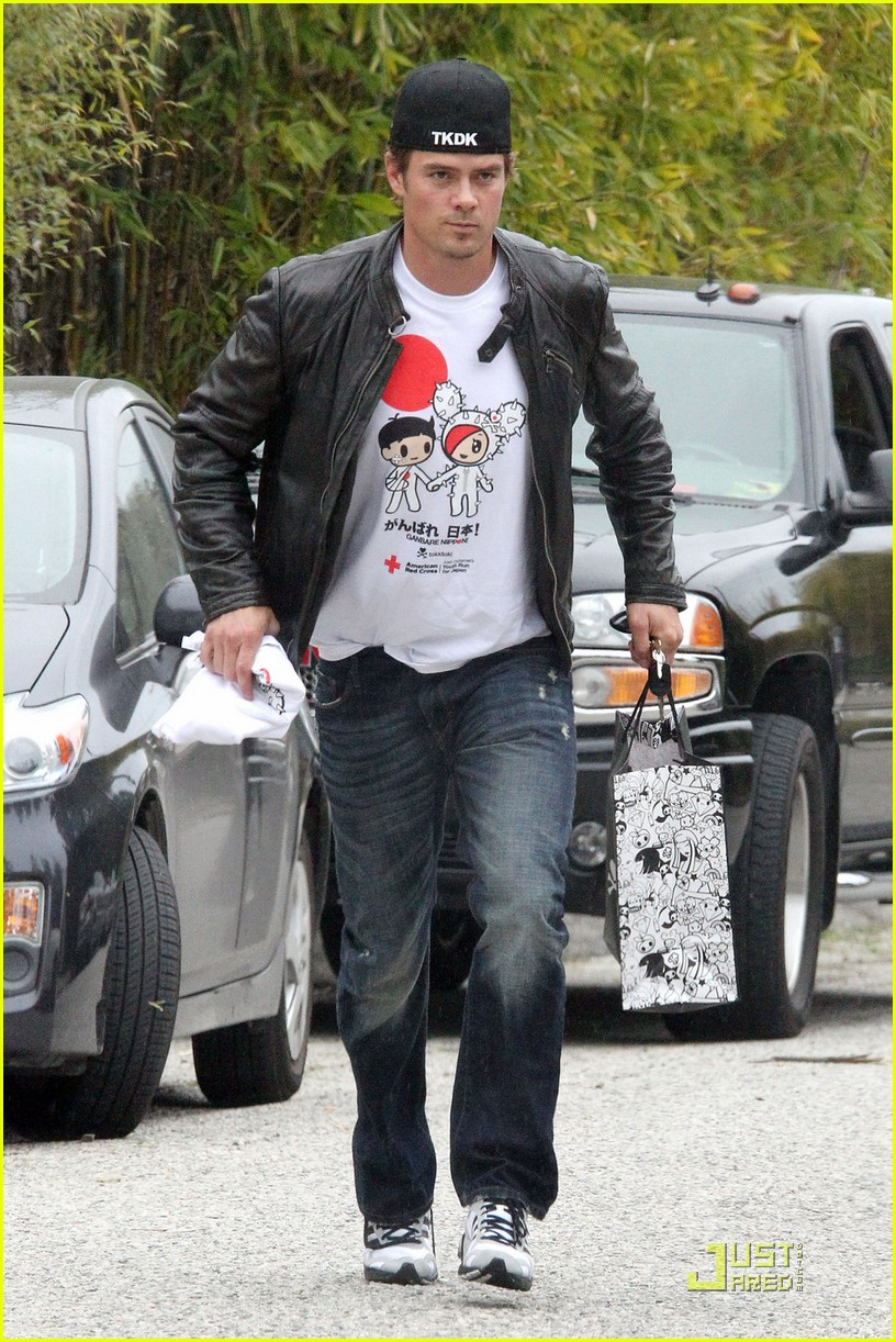 josh duhamel shows support for japan 01