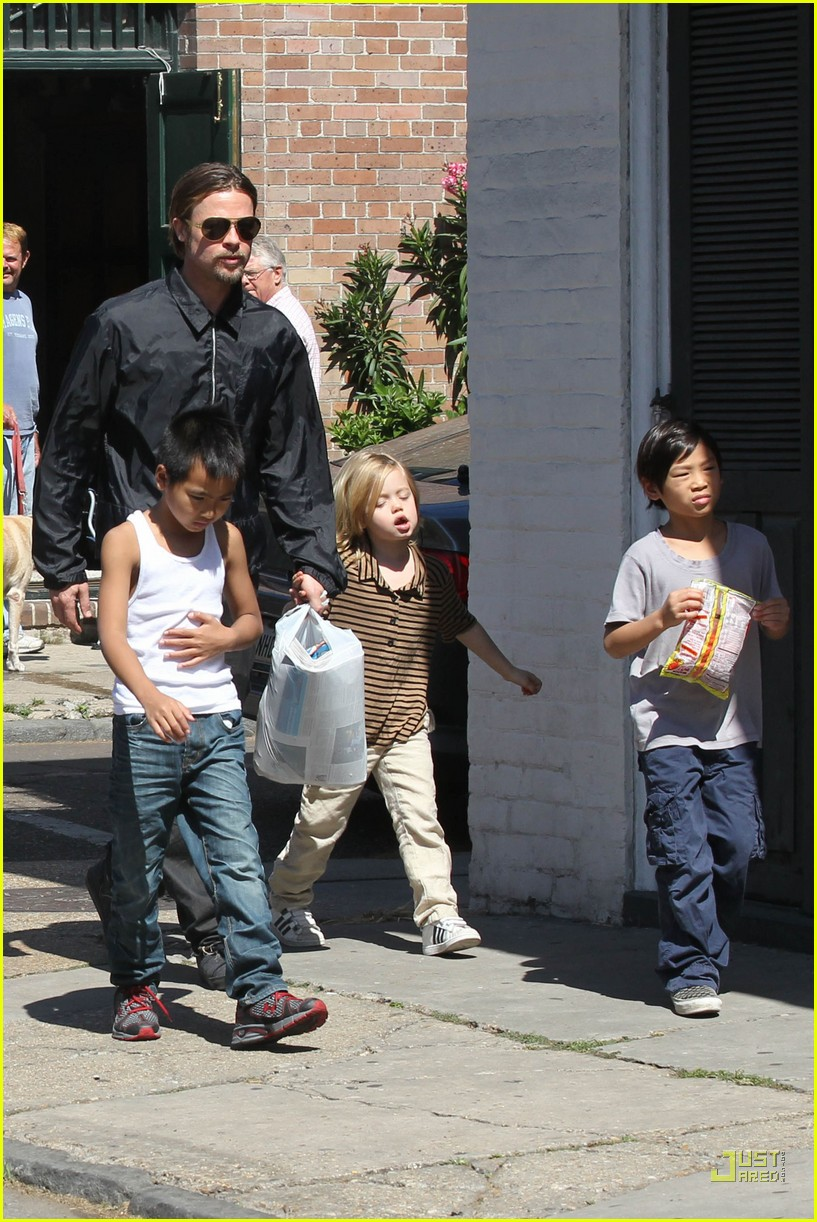 brad pitt angelina jolie kids grocery shopping 04