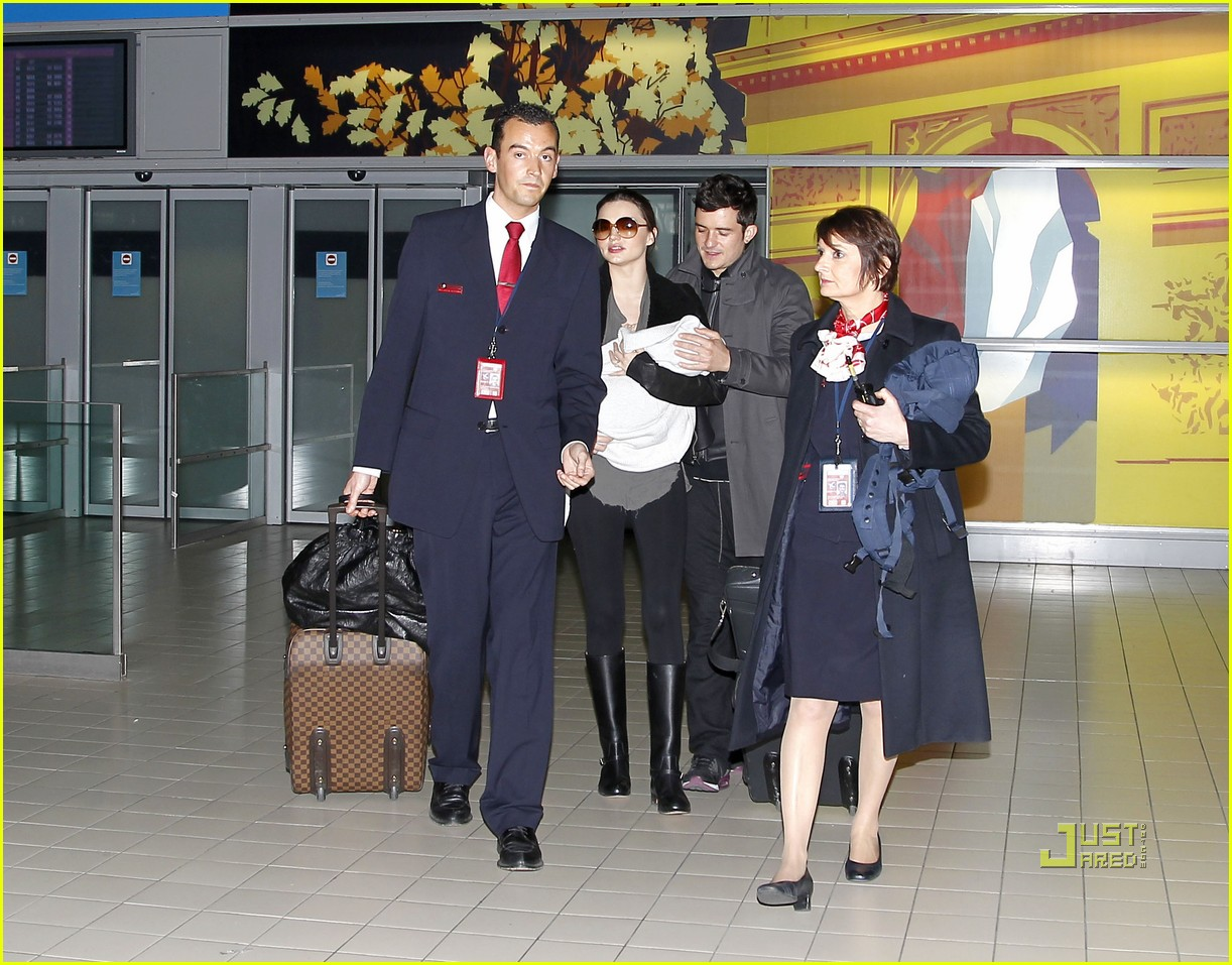 miranda kerr orlando bloom flynn paris airport 03
