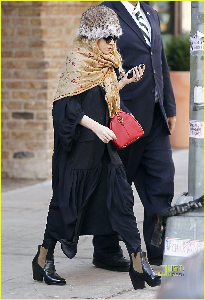 ashley olsen red purse shawl 06