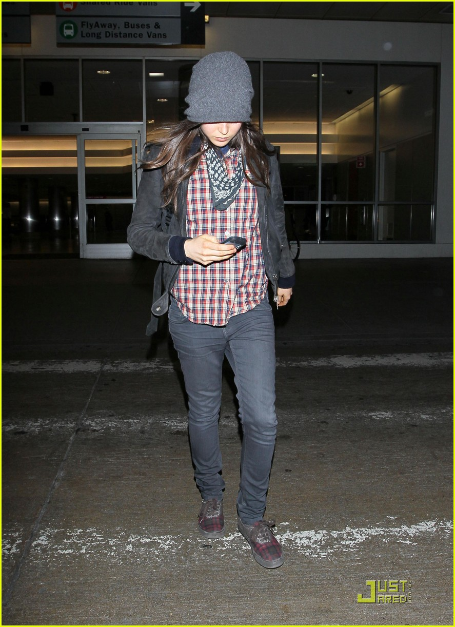 ellen page lands in los angeles 07