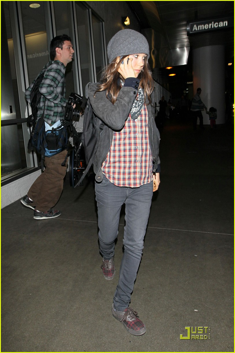 ellen page lands in los angeles 09