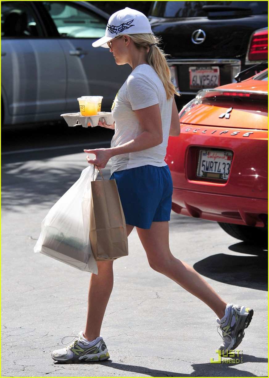 reese witherspoon munches on lunch 03
