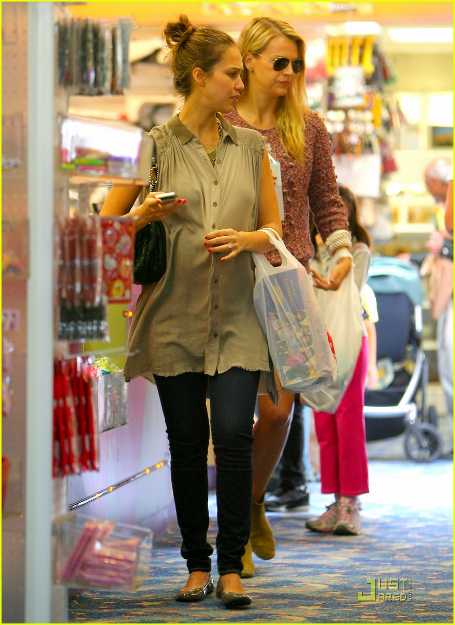 jessica alba shopping day with honor 03