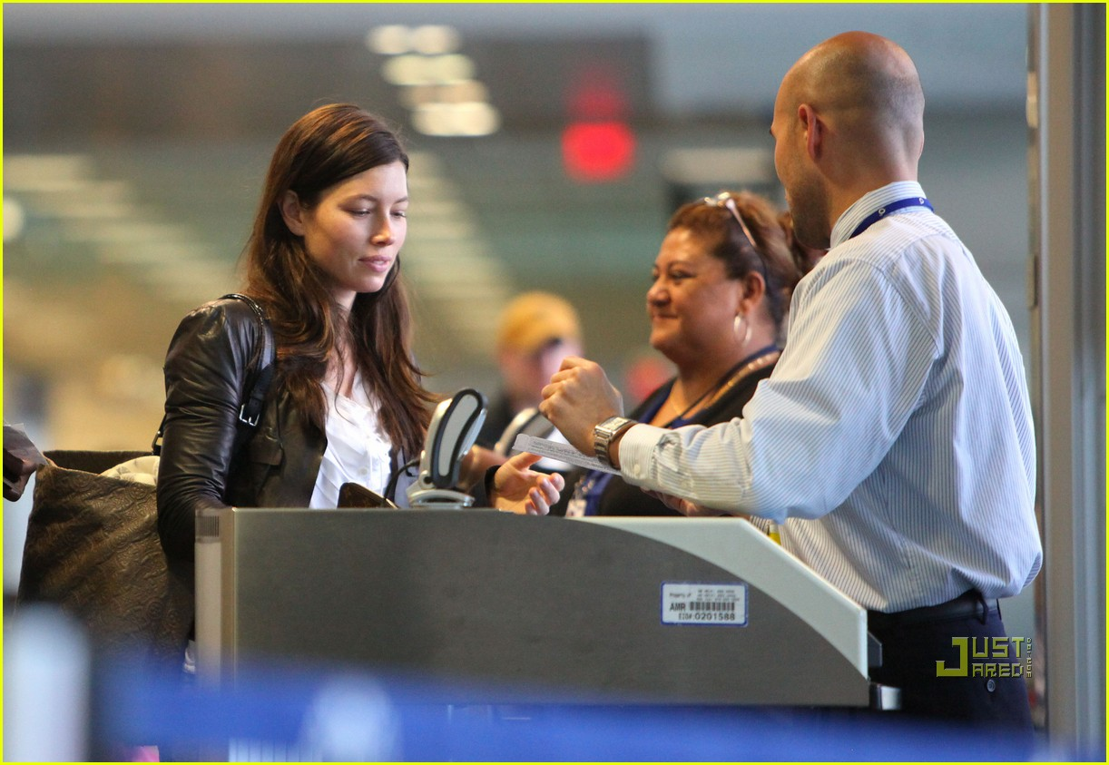 jessica biel caribbean airport 05