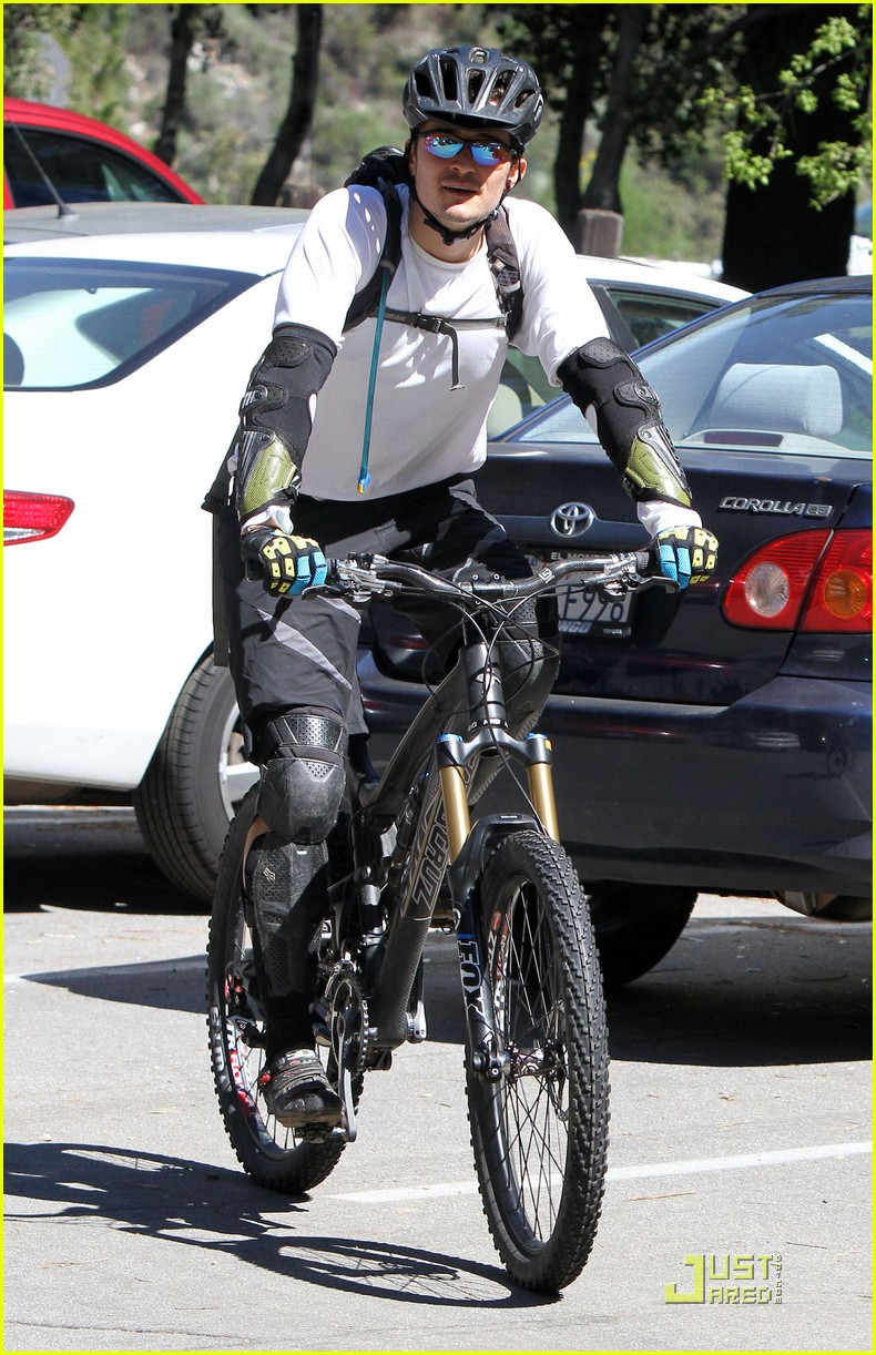 orlando bloom biking pasadena 042532245