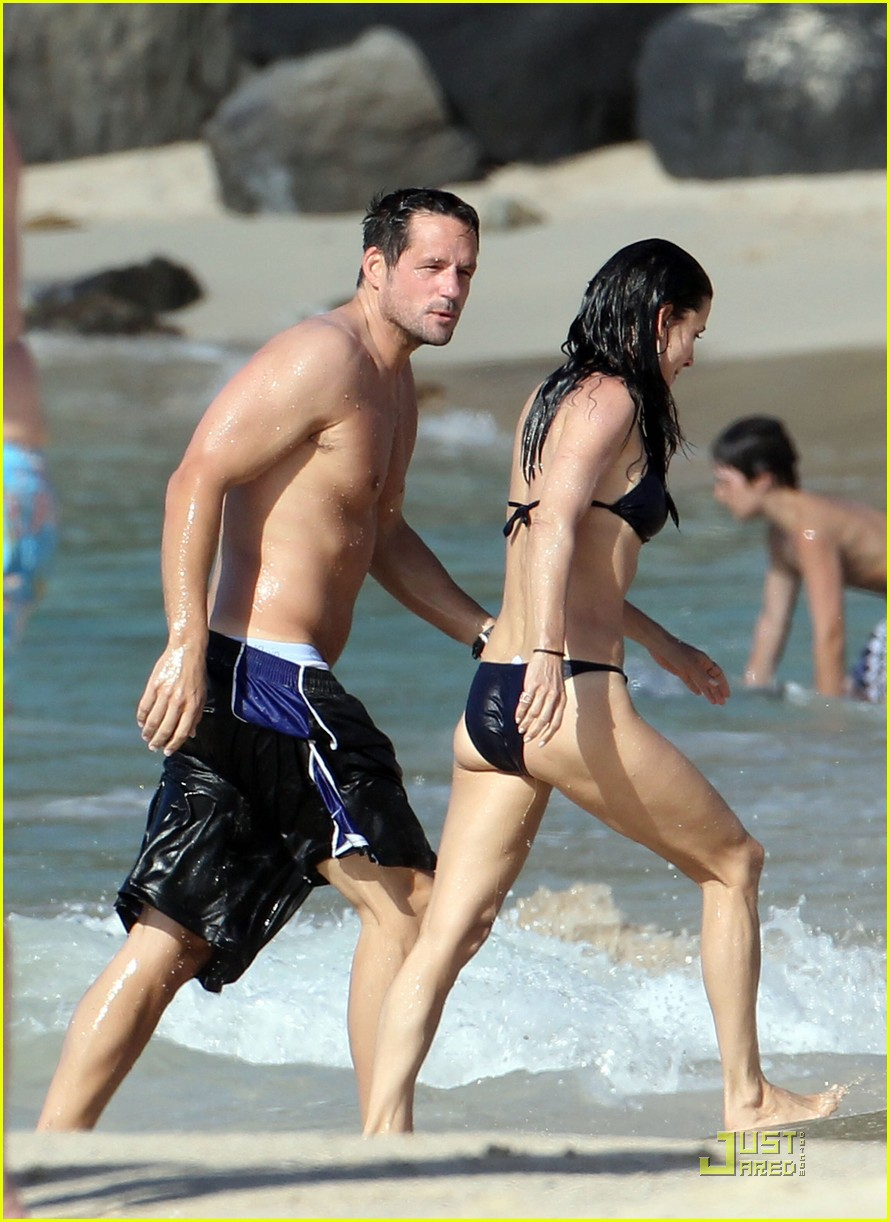 courteney cox josh hopkins lose their suits 17