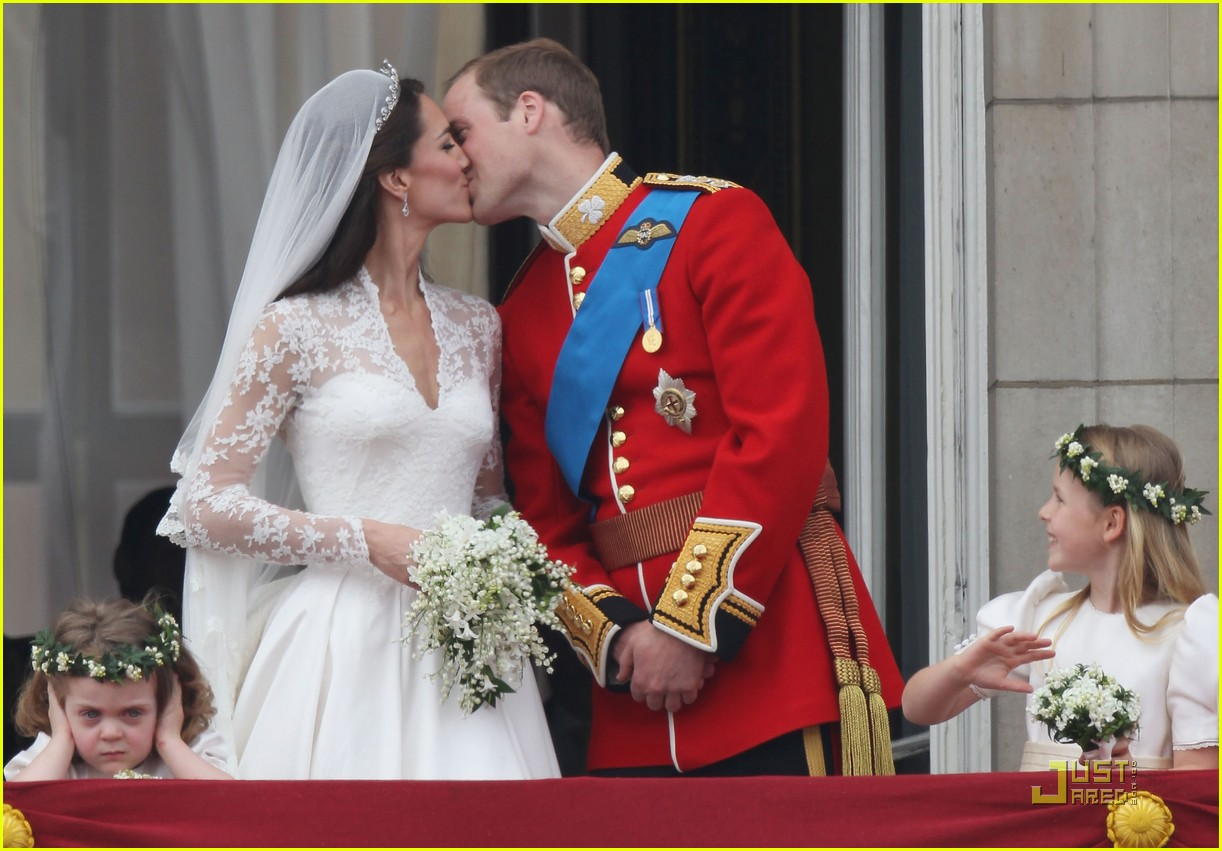 kate middleton prince william royal wedding first kiss 022539219