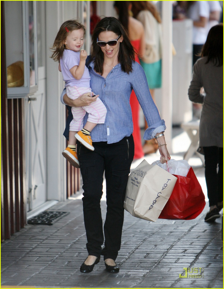 jennifer garner brentwood fun with seraphina 01