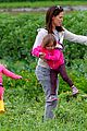 jennifer garner vegetable picking with violet and seraphina 07