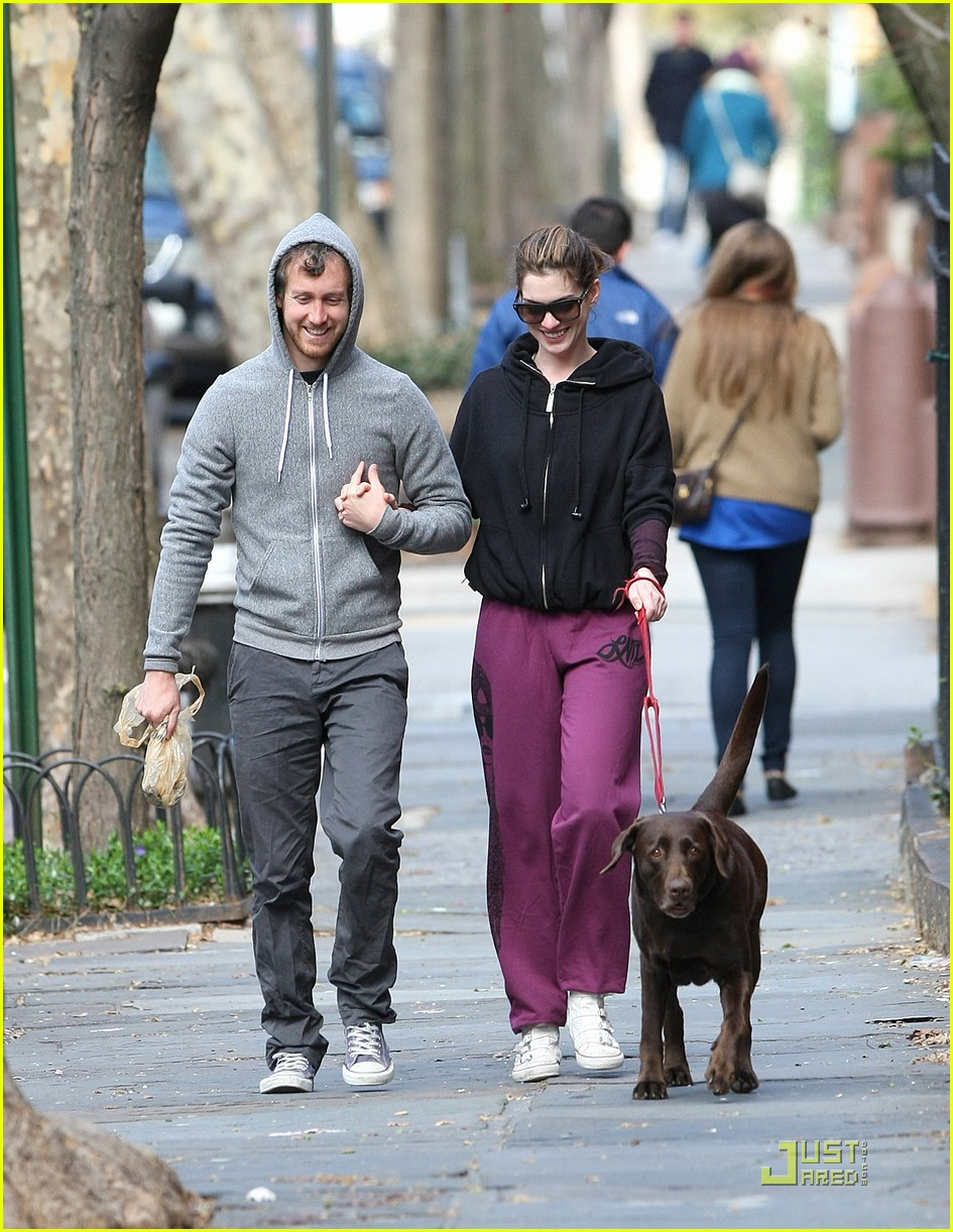 anne hathaway adam shulman dog walking couple 04