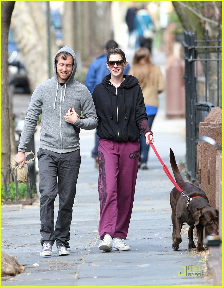 anne hathaway adam shulman dog walking couple 06