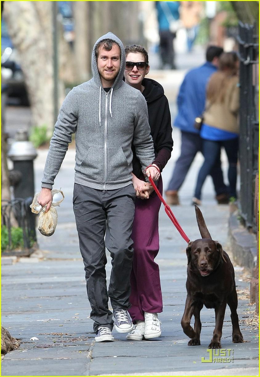 anne hathaway adam shulman dog walking couple 11