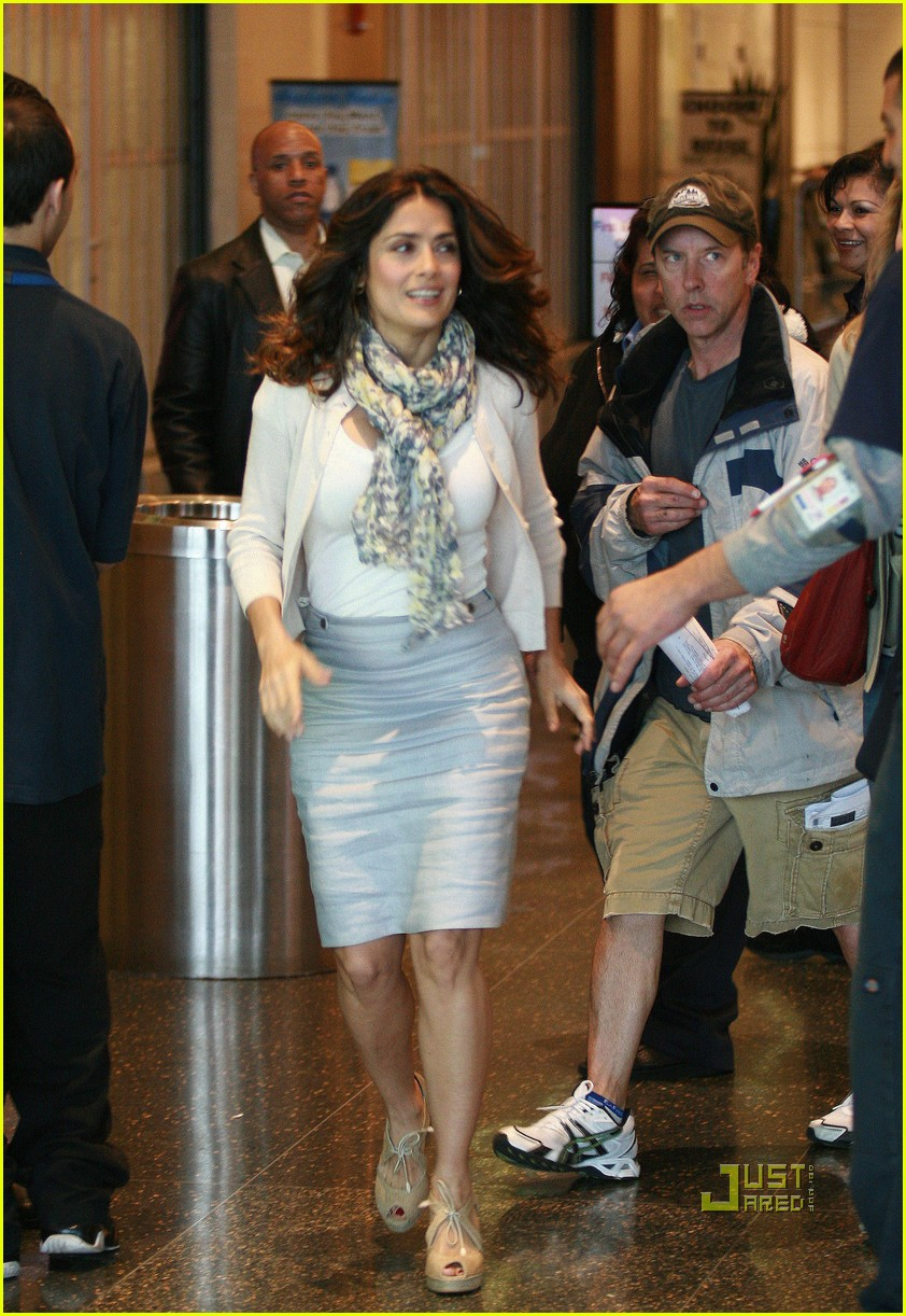 salma hayek boston logan airport 03