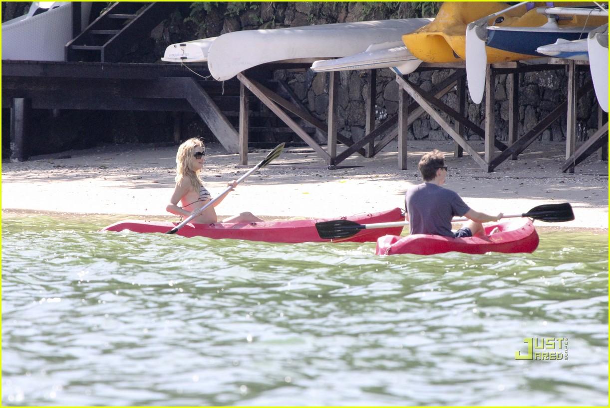 kate hudson pregnant bikini kayak 04