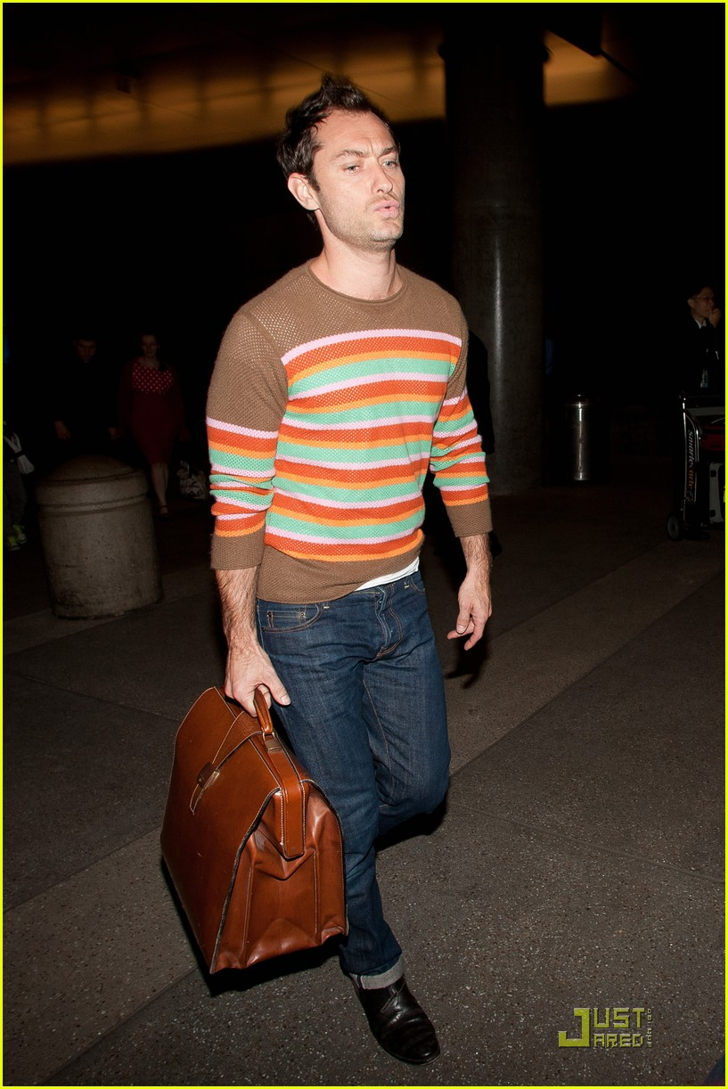 jude law lax arrival with sadie kids 05