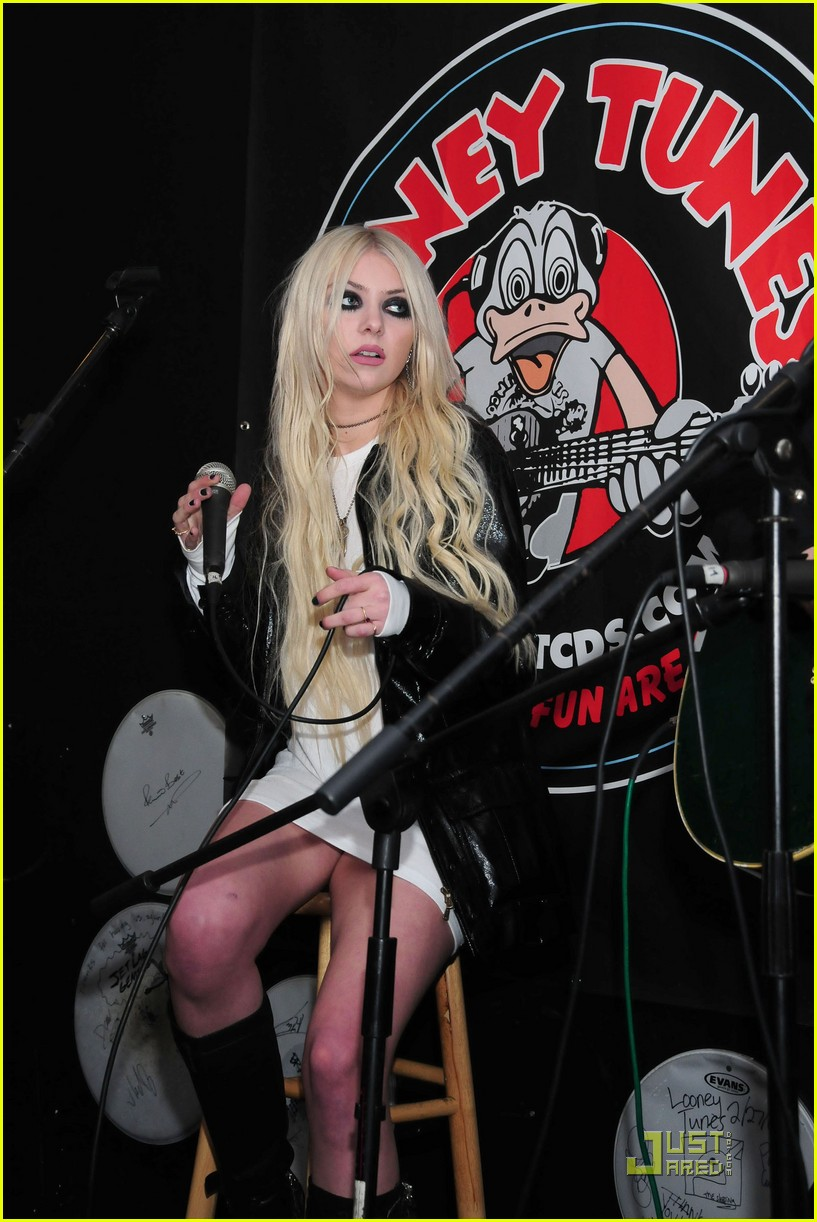 taylor momsen looney in new york 02
