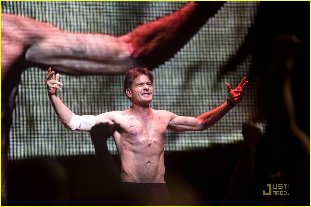 charlie sheen shirtless tour 02