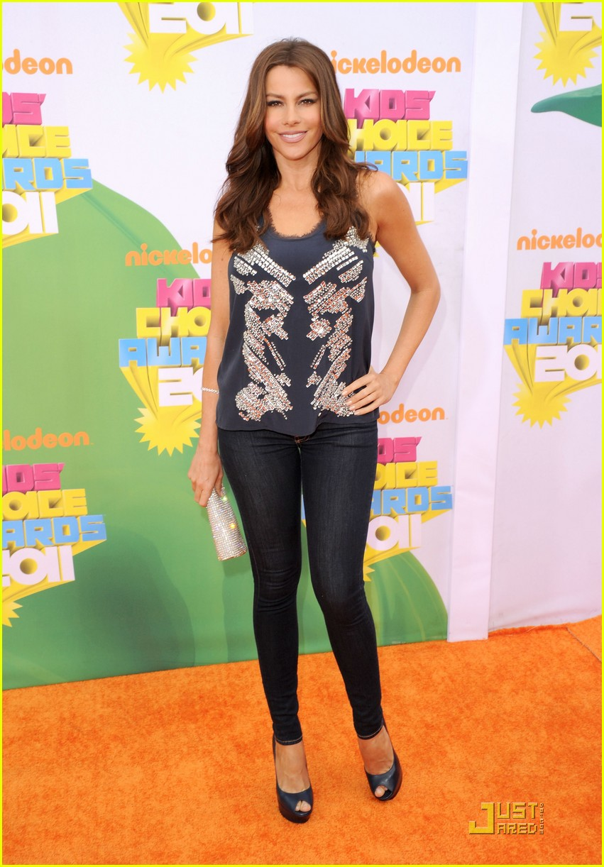 sofia vergara kca 2011 orange carpet 03