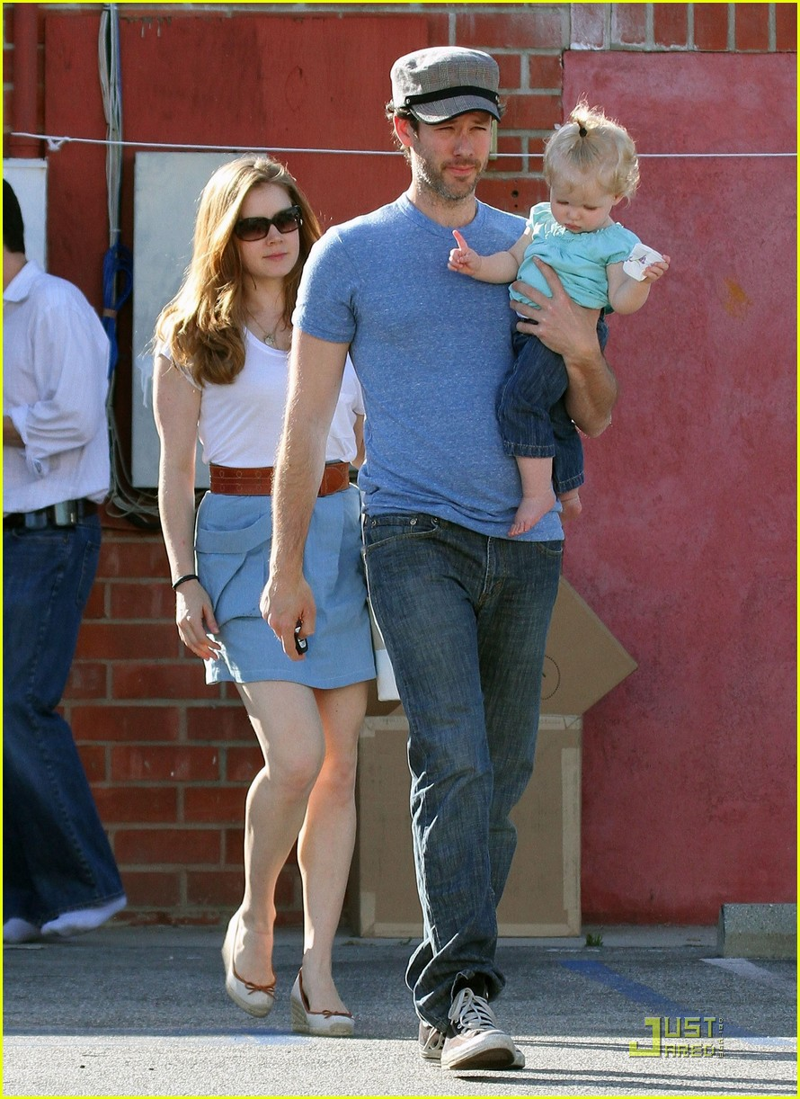 amy adams saturday shopping with darren and aviana 01