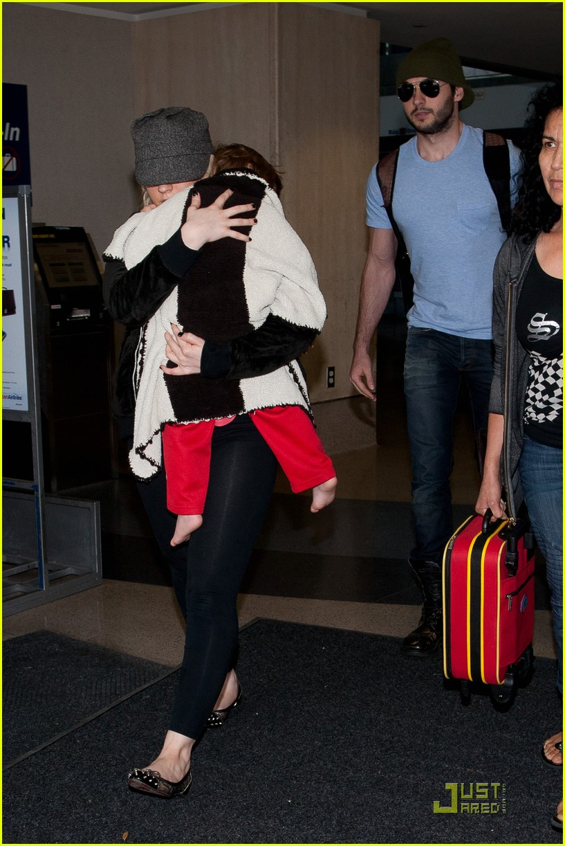 christina aguilera lax landing with max matt 05