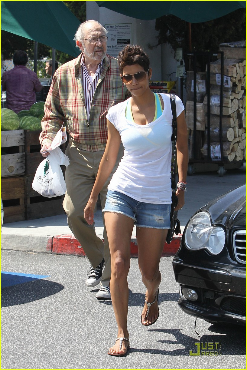 halle berry food shopping 06