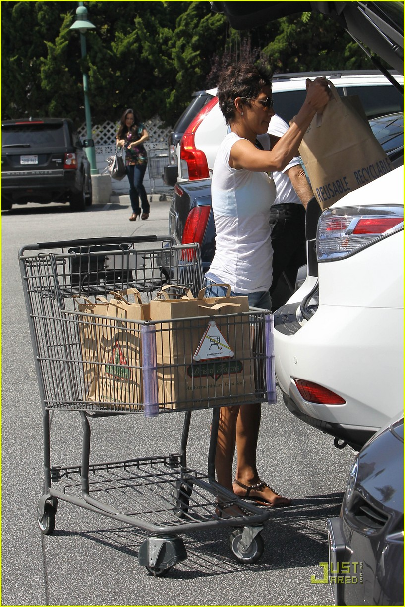 halle berry food shopping 102546093