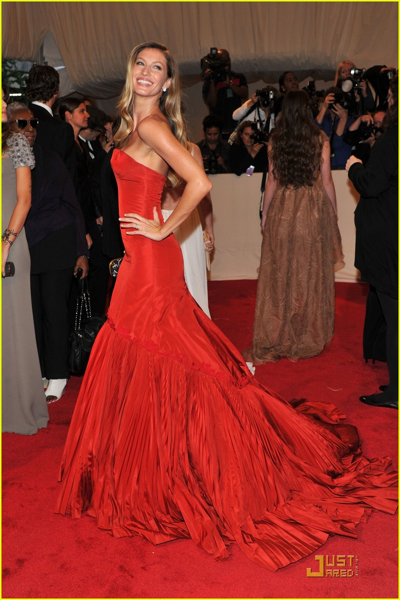 gisele met ball red 01