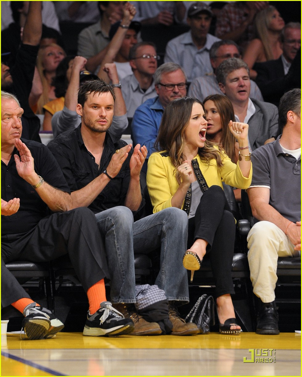 sophia bush austin nichols watch the lakers lose game 2 09