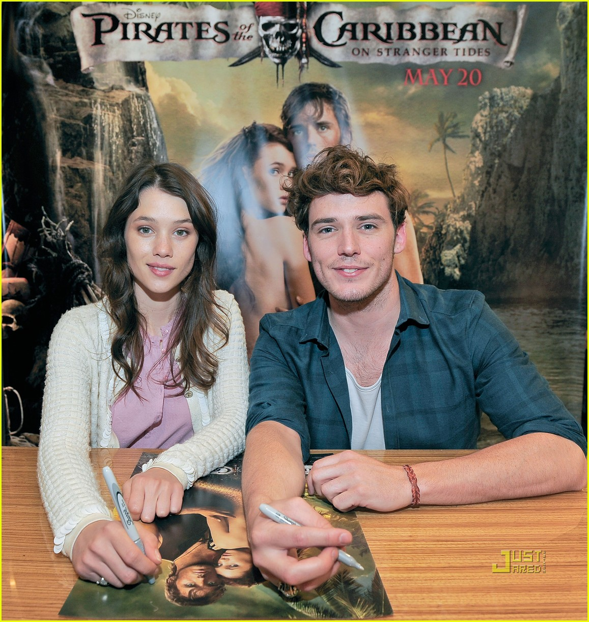 astrid bergs frisbey sam claflin pirates hot topic 05