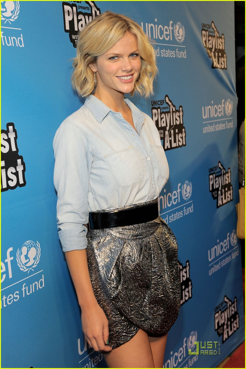 brooklyn decker unicef karaoke 052544984